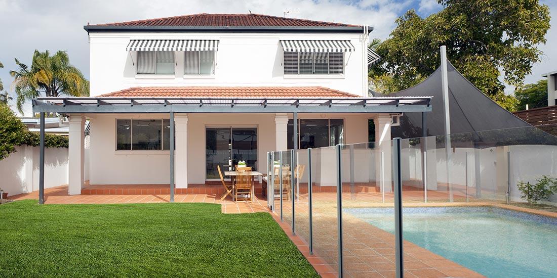 Glass panel pool fence